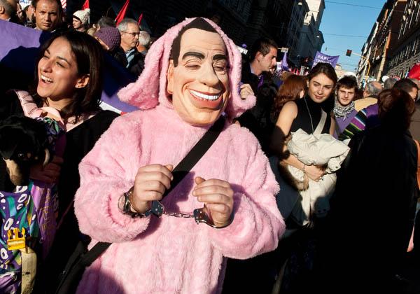 На вулиці Рима вийшло близько ста тисяч демонстрантів, які висловили протест проти політики уряду і особисто прем'єра Сільвіо Берлусконі. Організаторами акції виступила група незалежних блогерів. Фото: SOLARO / AFP / Getty Images