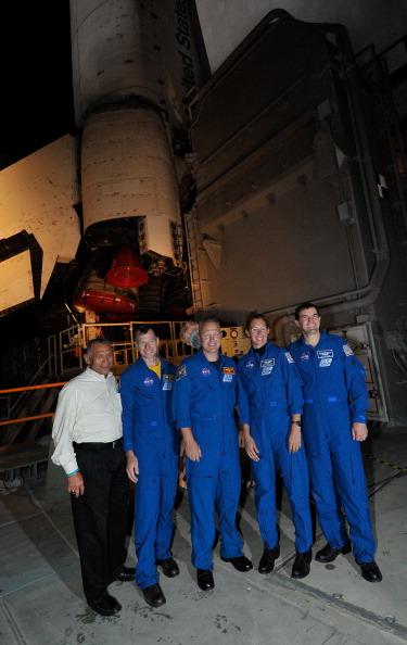 Транспортировку «Атлантиса» на стартовую площадку сопровождают глава НАСА Чарльз Болден и экипаж челнока (слева направо) Кристофер Фергюсон, Дуглас Херли, Сандра Магнус и Рекс Уолхейм. Фото: GARY ROSTEIN/AFP/Getty Images