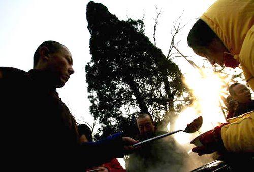 У день свята «Лаба» служителі буддійських монастирів варять кашу «лаба» у великих чанах і виносять на вулиці, роздаючи людям. Фото: China Photos/Getty Images