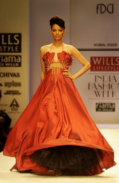 Показ коллекции от Комал Суд (Komal Sood) на Недели моды в Индии. Фото: RAVEENDRAN/AFP/Getty Images