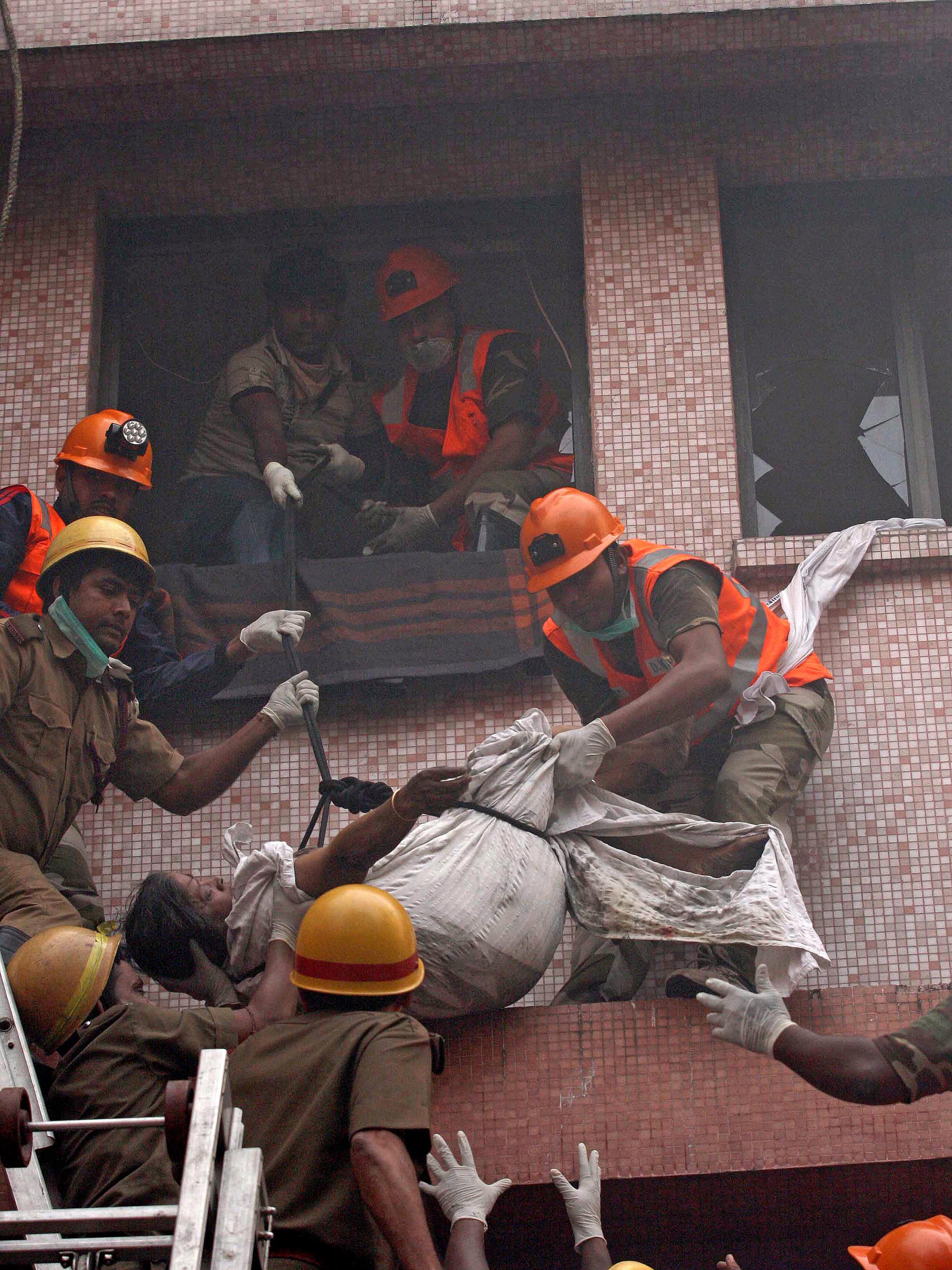 Многие из них задохнулись от дыма. На момент пожара в клинике находилось 160 пациентов. Индийские власти ожидают, что количество жертв может возрасти. Фото: STRDEL/AFP/Getty Images