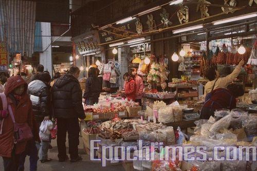 Перед Новым Годом во всех магазинах Макао продаются разнообразные новогодние товары. Фото: Сюй Ся/Великая Эпоха