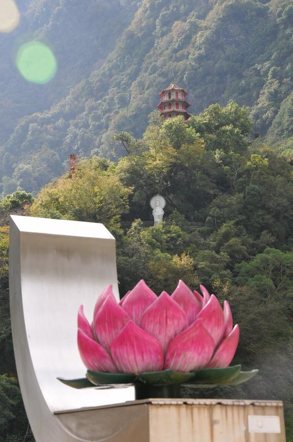 Пагода и скульптура Будды в парке Тароко. Фото: Владо Ботка.