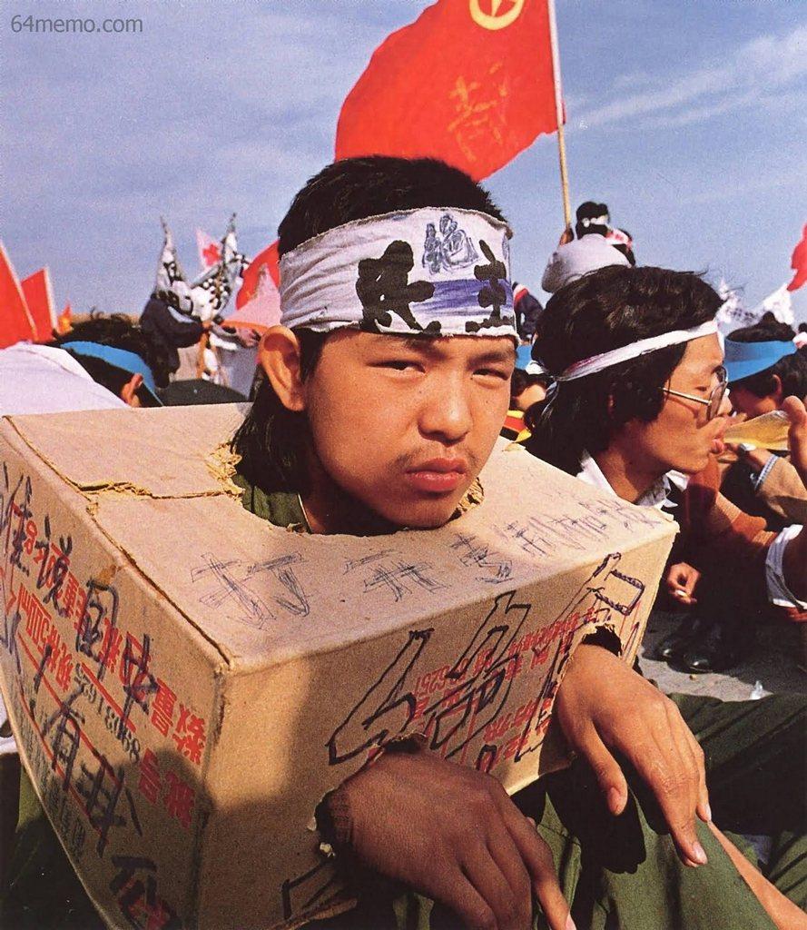 15 мая 1989 г. Студент в импровизированных оковах выражает твёрдое намерение продолжать голодовку. Фото: 64memo.com