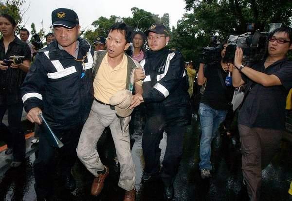 Депутат от г.Тайбэй от Прогрессивной демократической партии Ли Чинфэн хотел встретиться с Чень Юйлинем возле отеля, но его убрала полиция. Фото: ЦАН
