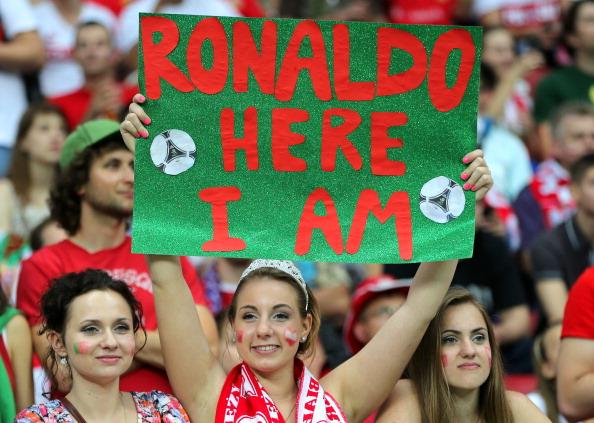 Фанатка сборной Португалии держит плакат в поддержку португальского футболиста Криштиану Роналду в матче Чехия — Португалия 21 июня 2012 года, Варшава. Фото: Alex Grimm/Getty Images
