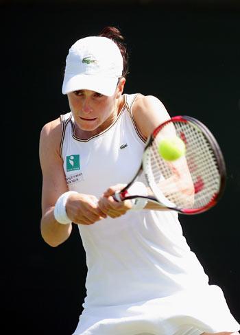 Француженка Натали Деши (Natalie Dechy) грає проти японки Акіко Морігамі (Akiko Morigami) у ході жіночого турніру International Women's Open. Фото: Julian Finney/Getty Images
