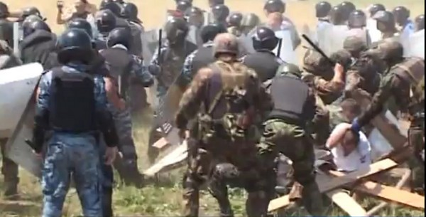 В Крыму из-за Креста произошло кровавое столкновение православных казаков с отрядами спецназа. Фото:Раиса СтецураThe Epoch Times Украина