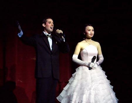 Ведущие концерта Лишай Лемиш и Мэй Чжоу. Фото: Великая Эпоха