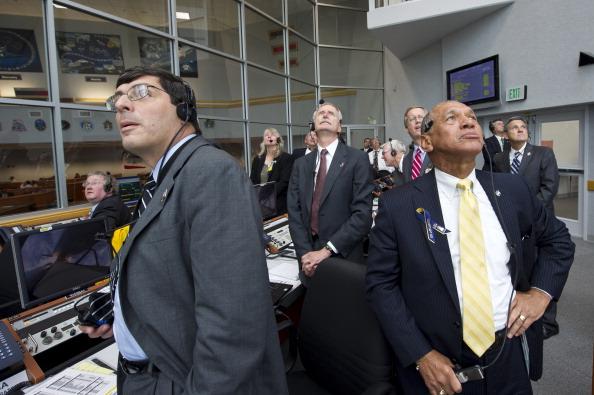 Руководитель НАСА Чарльз Болден (справа), исполнительные администраторы Вильям Герштенмайер (в центре) и Кристофер Сколесе (слева) наблюдают в Центре управления полетом за стартом шаттла «Атлантис». Фото: Bill Ingalls/NASA via Getty Images