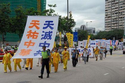 15 июня. Гонконг. Шествие в поддержку 38 млн человек, вышедших из КПК. Надпись на плакате: «Небо уничтожит КПК и сохранит китайскую нацию». Фото: Ли Чжунюань/The Epoch Times