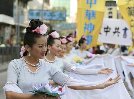 На фото показані дівчата, які танцюють танець лотоса. Фото: Велика Епоха