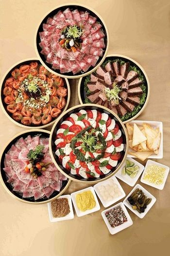 Холодні закуски: салати, приготовані з норвезької лососини, копчених окостів, холодної яловичини, італійських томатів і французького хліба. Фото з epochtimes.com