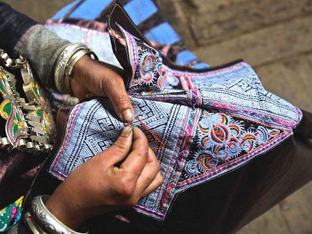 Так выглядит традиционная вышивка народности Мяо. Фото: Getty Images