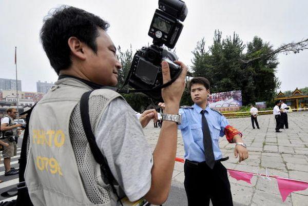 Пекінська міліція перешкоджає роботі кореспондентів. Фото: JEWEL SAMAD/AFP/Getty Images