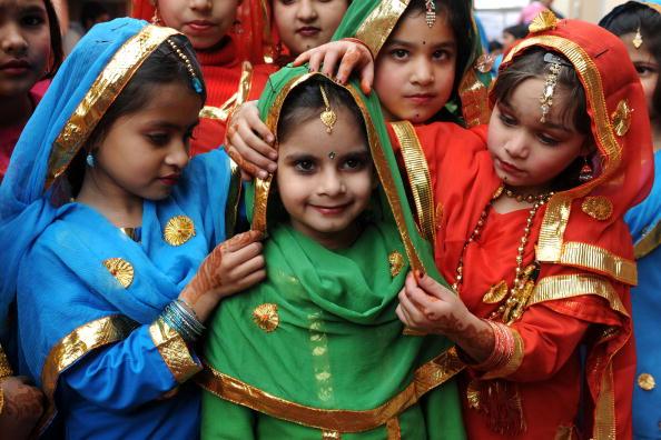 Учениці, одягнені у традиційні костюми, готуються до виступу в шкільних заходах. Індія. Фото: NARINDER NANU / AFP / Getty Images