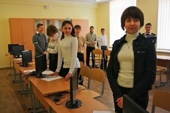 Для Могильова в Криму влаштували показуху: дітей посадили за монітори без комп'ютерів