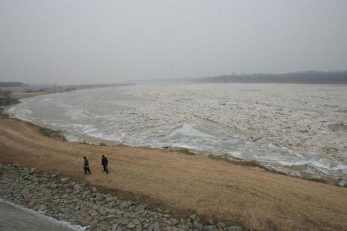Стихийное бедствие в Китае. Река Хуанхэ. Город Цзинань провинции Шаньдун. 28 января. Фото: China Photos/Getty Images