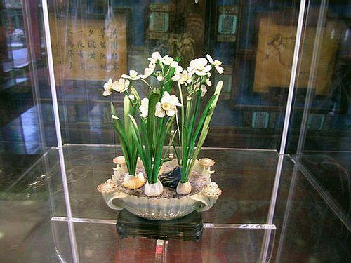 Нарциссы, сделанные из зелёной и белой яшмы. Фото с secretchina.com
