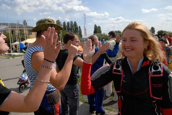 Фото: Дівчата встановлюють національний жіночий парашутний рекорд України. Фото: Володимир Бородін / The Epoch Times