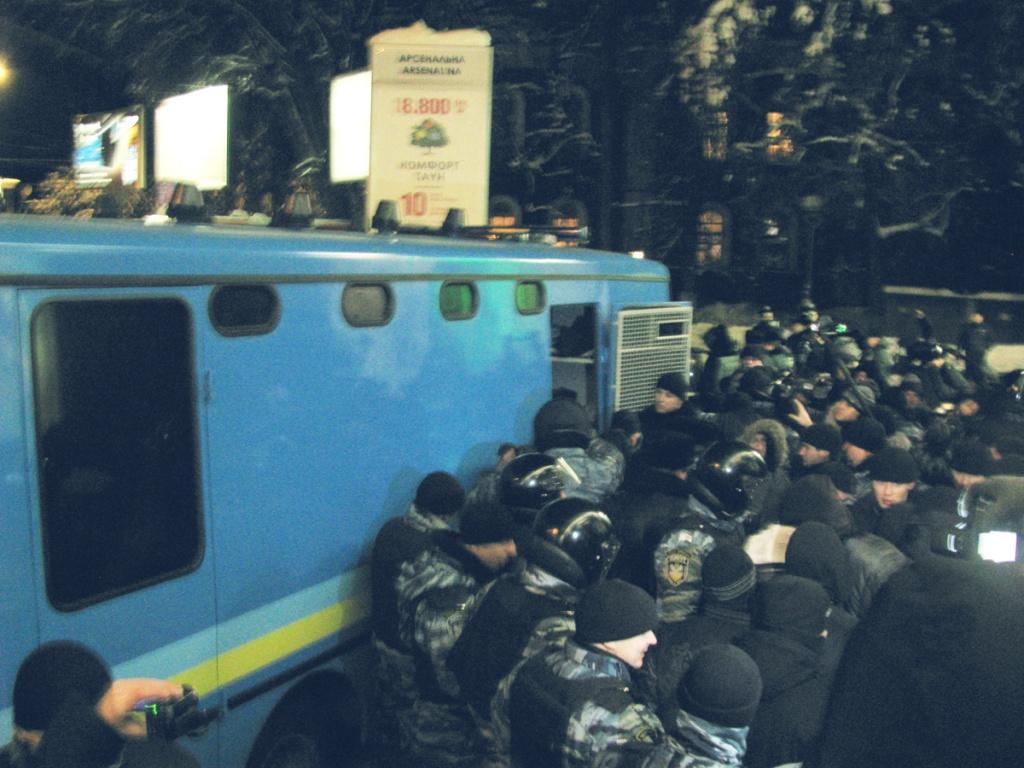 Митингующих и их оппонентов разделили несколько рядов милиции. Фото: Алина Маслакова/The Epoch Times Украина