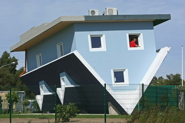 Перевернений будинок. Фото: Sean Gallup/Getty Images