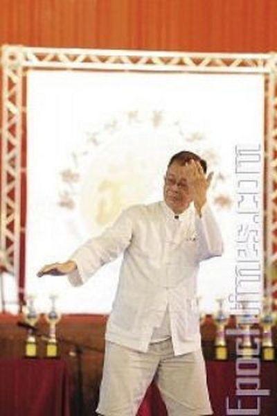 Майстер школи Удан Чжуннань, Хе Го-Чжао, демонструє стиль «П'яний архат». Фото: Лянь Лі. The Epoch Times