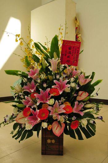 Мер м. Тайнань Хуан Юйвень прислав квіти і вітальну листівку організаторам конкурсу. Фото з epochtimes.com