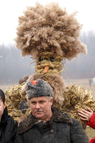 Соломенное чучело — символ зимы. Фото: Юрий Петюк/Великая Эпоха