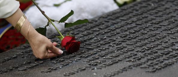 Друзі та родичі загиблих серед колон меморіалу жертвам терористичних атак у Лондоні в 2005 році, Гайд-парк, Лондон, 7 липня 2009 р.