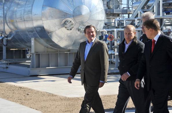 Премьер-министр России Владимир Путин, главный исполнительный директор компании «Газпром» Алексей Миллер и бывший канцлер Германии Герхард Шредер прибыли в Выборге. Фото: ODD ANDERSEN/Getty Images