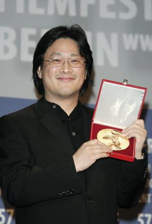 Режиссер Чхан Ук-Пак (Park Chan-wook) получил награду за триллер «Я киборг, но это нормально» (I'ma Cyborg, But That's OK). Фото: Sean Gallup/Getty Images