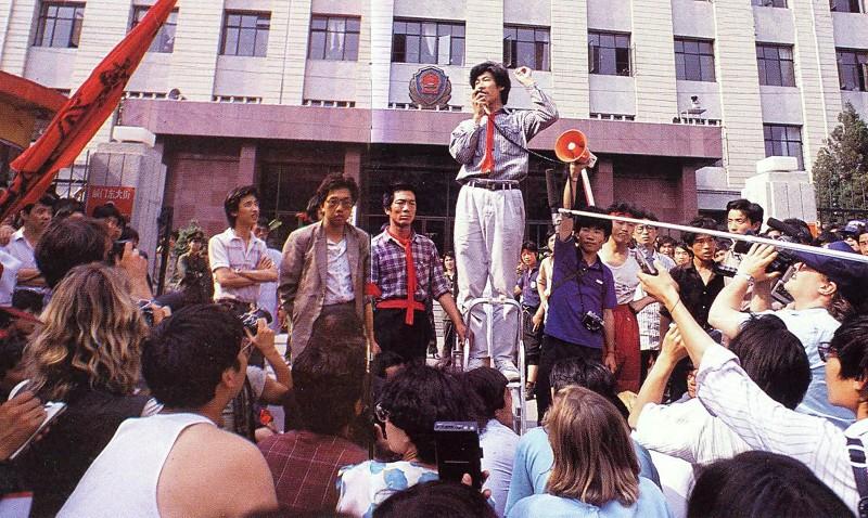 30 травня 1989 р. Студенти виступають з вимогою до міліції звільнити з ув'язнення декількох лідерів робітників. Того вечора ж троє лідерів було звільнено. Фото: 64memo.com
