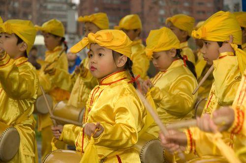 Ученики школы «Минхуэй» исполняют танец с барабанами. Фото: Ван Женцзюнь/Великая Эпоха