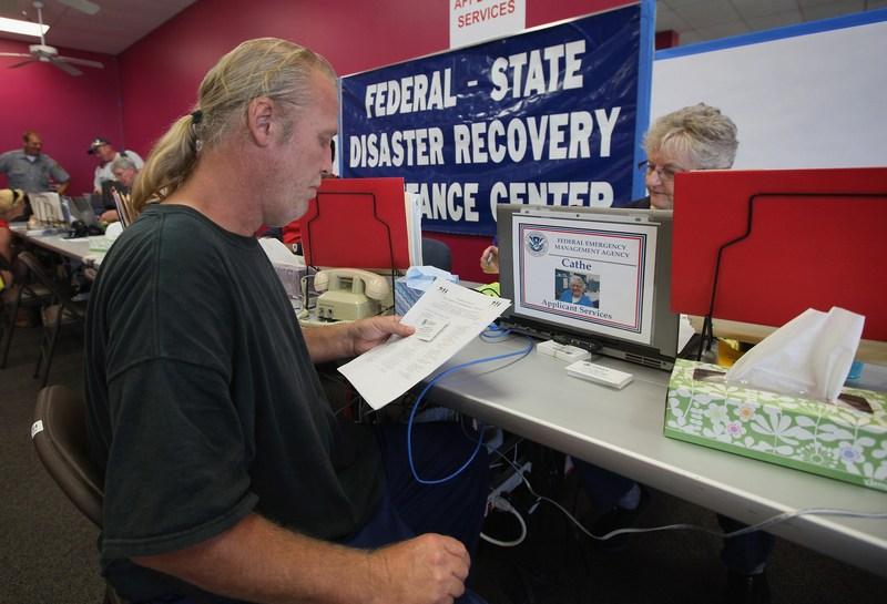 Житель Джоплина заполняет бланк для оказания помощи в офисе Федерального агентства по управлению в чрезвычайных ситуациях (FEMA). Фото: Scott Olson/Getty Images