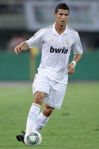 Кріштіану Роналду веде м'яч під час передсезонного товариського матчу між Тедою (Тяньцзінь, Китай) і Реалом (Мадрид) на стадіоні у Тяньцзіні 6 серпня 2011 року. Фото: Feng Li/Getty Images