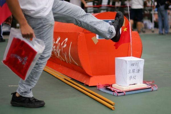 Макет школи провінції Сичуані, яка за якістю нагадує паперовий будиночок. Фото: У Ленью/The Epoch Times