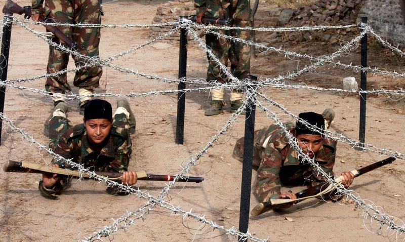Патиала, Индия, 23 июня. Тренировка женского спецназа из отряда сил личной охраны Паркаш Синх Бадала, главного министра крупнейшего штата страны Пенджаб. Фото: STRDEL/AFP/Getty Images