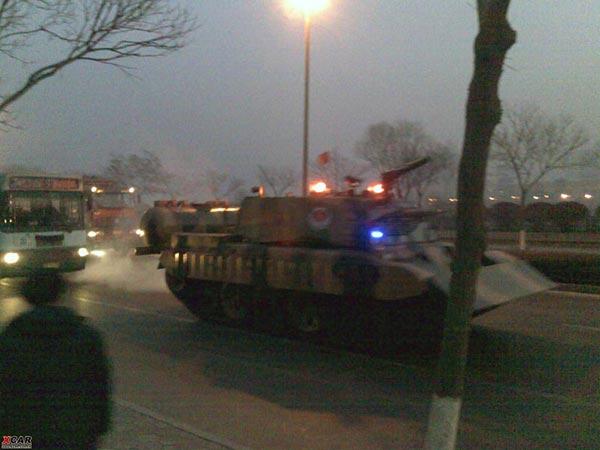 Для ліквідації пожежі були використані не тільки пожежні бригади, а й спеціально обладнаний танк. Місто Ланьчжоу провінції Ганьсу. 7 січня 2010 р. Фото з epochtimes.com