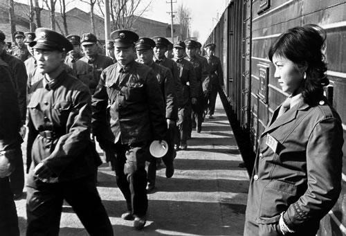 Солдаты идут обедать перед отъездом на передовую в провинцию Юньнань. Провинция Шэньси. 1985 год. Фото: Dan Baoxiu