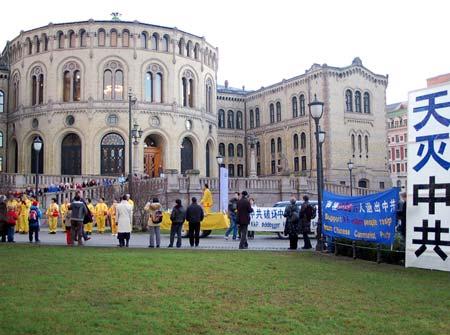 Мітинг перед будівлею Парламенту Норвегії. Фото: Велика Епоха