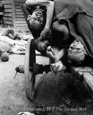Концлагерь Воббелин, который был освобождён 82-й десантной дивизией 4 апреля, очень многие заключенные были ужа на грани голодной смерти, на фото их сажают в грузовики и отправляют в больницы.