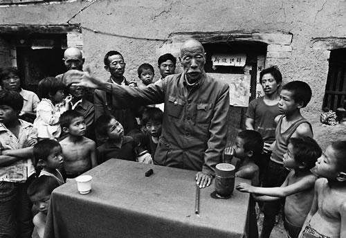 Уличный рассказчик рассказывает истории в деревне. Провинция Хэнань. 1992 год. Фото: Jiang Jian