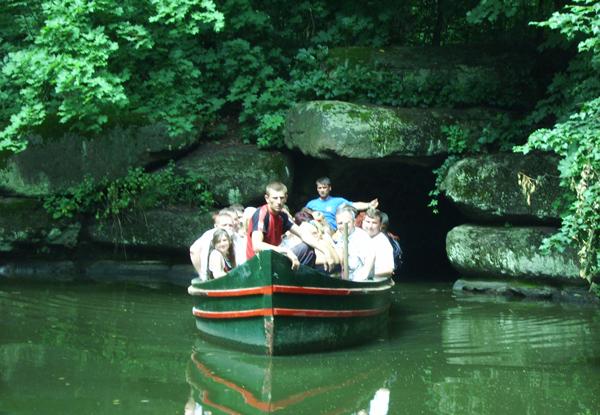 Човен, що перевозить людей через підземну річку Ахерон. Фото: Євген Довбуш/The Epoch Times