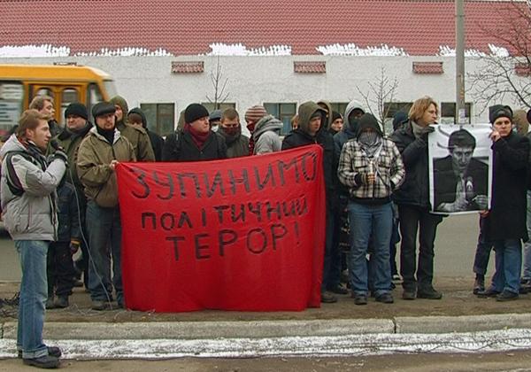 Митинг против убийства Маркелова и Бабуровой возле посольства РФ в воскресенье 1 февраля в Киеве. Фото: NTD