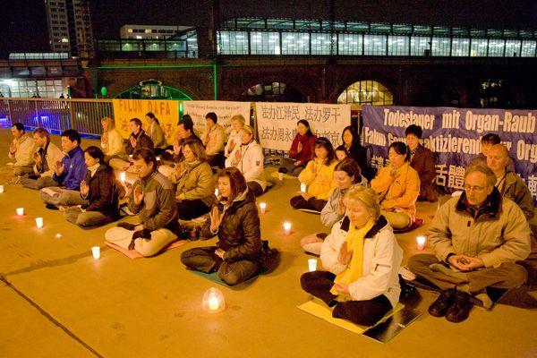 Берлин (Германия). Акция, посвященная девятилетию со дня «инцидента 25 апреля». Фото с minghui.ca