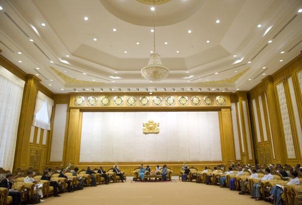 Министр иностранных дел Мьянмы Маунг Вунна Лвин на встрече с госсекретарем США Хиллари Клинтон в Министерстве иностранных дел в Нейпьидо. Мьянма, 1 декабря 2011 года. Фото: Saul Loeb/Getty Images