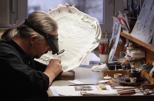 Майстер-орнаменталіст наносить малюнок на фарфоровий сервірувальний посуд у мануфактурі Мейсен, 20 січня 2010 р. Фото: Sean Gallup / Getty Images