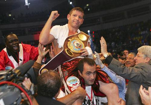 Росіянин Султан Ібрагімов переміг по очках великого Евандера Холіфілда й отстояв титул чемпіона світу за версією WBO. Фото: TATYANA MAKEYEVA/AFP/Getty Images
