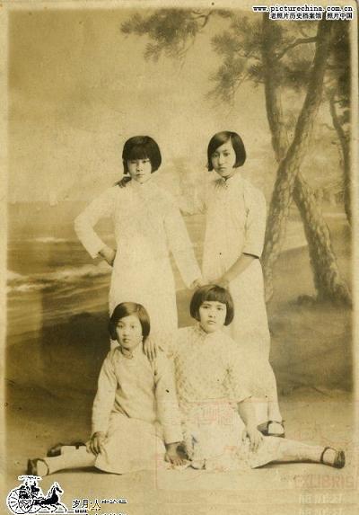 Девушки в традиционных платьях того времени. Фото с aboluowang.com